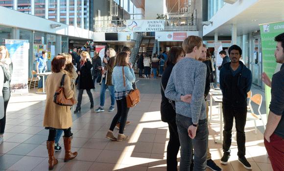 Étudiants dans le hall d'accueil de l'IUT du Périgord à Périgueux