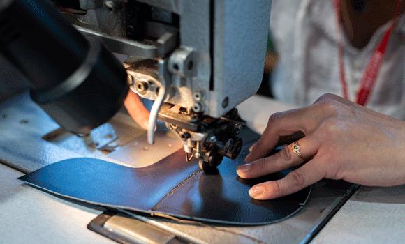 couture à la machine d'une pièce de cuir