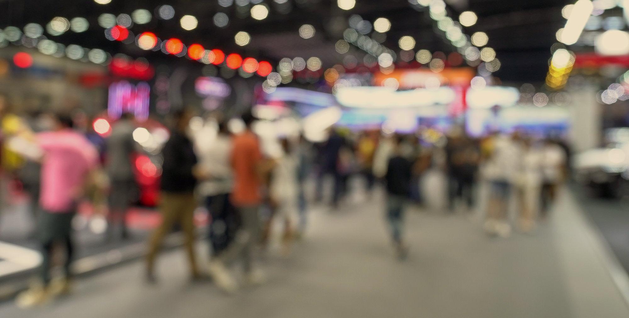 Des personnes déambulent dans les couloirs d'une exposition