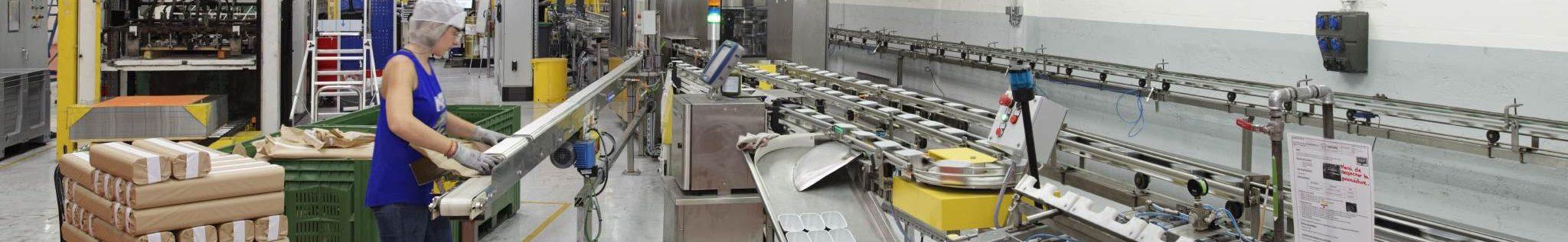 une opératrice sur une ligne de fabrication